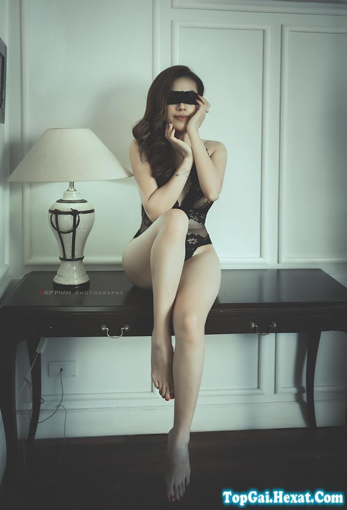 Ảnh gái xinh khiêu gợi khoe đùi thon trên giường