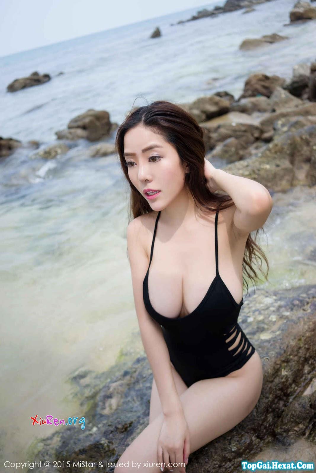 Em gái xinh ngực khủng đi tắm biển|raw