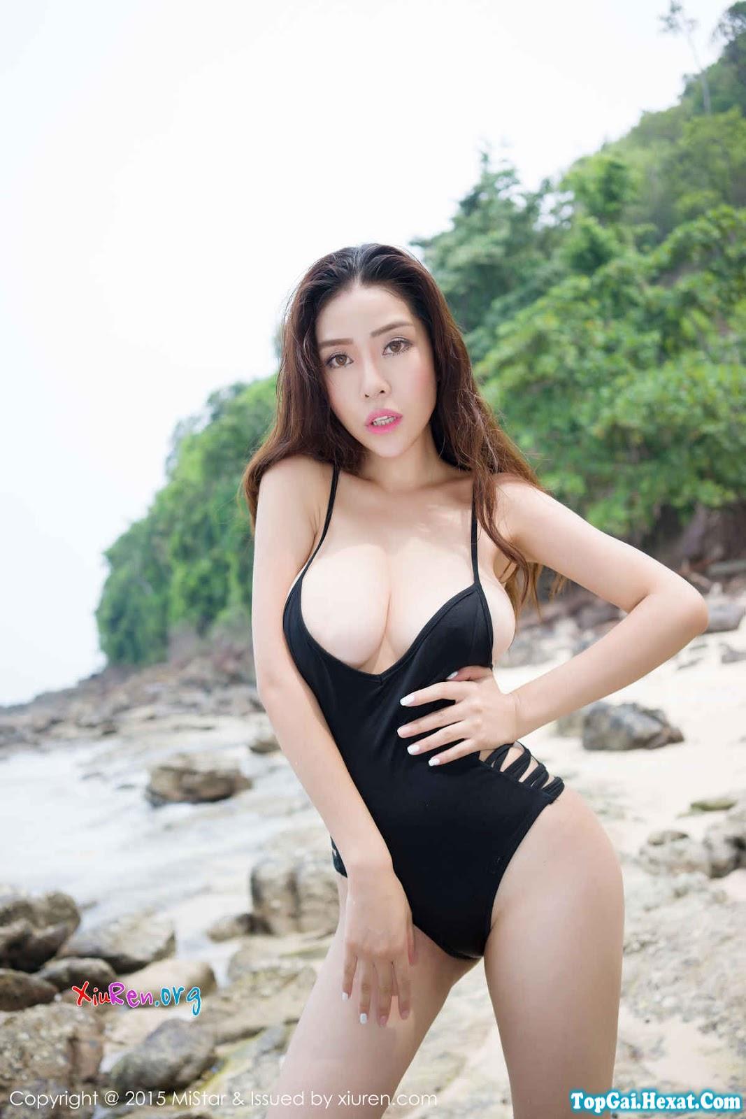 Em gái xinh ngực khủng đi tắm biển