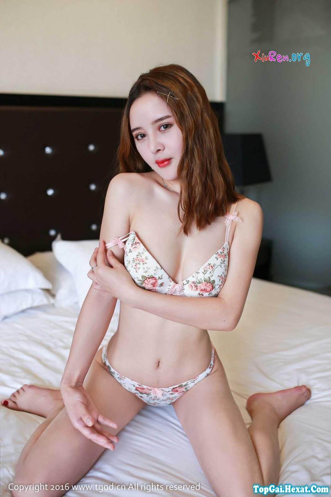 Gái đẹp khiêu gợi với nội y trên giường