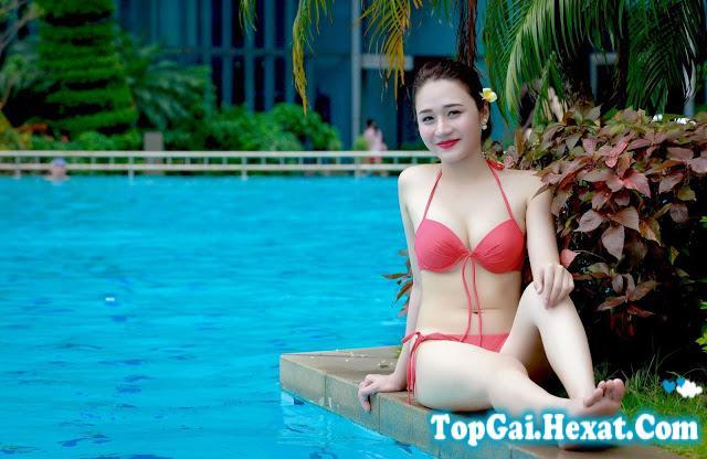 Gái Việt ngực to tròn với bikini bên hồ bơi