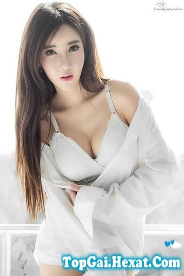 Gái xinh khoe ngực trắng nõn nà
