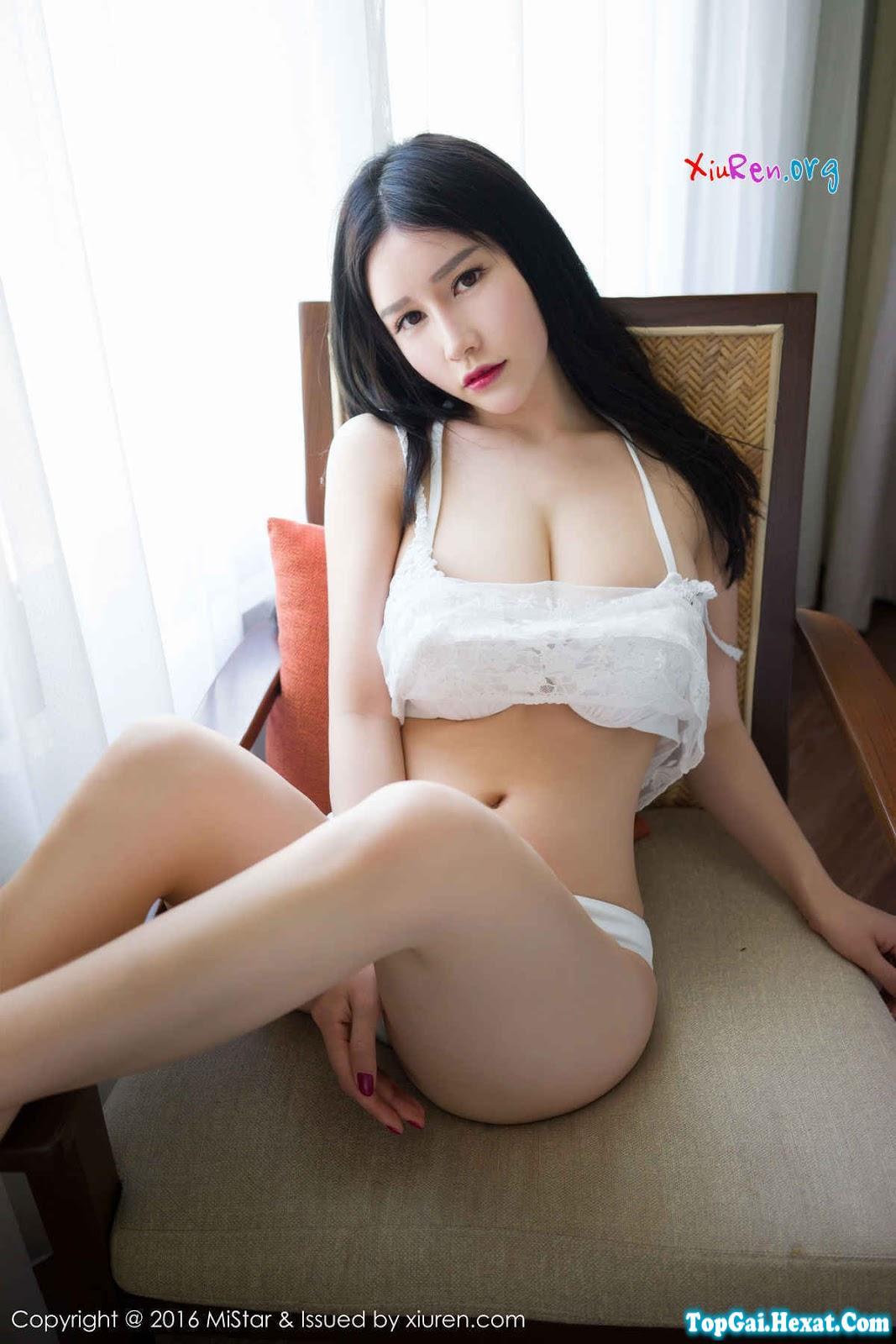 Gái xinh ngực khủng với áo ngủ xuyên thấu