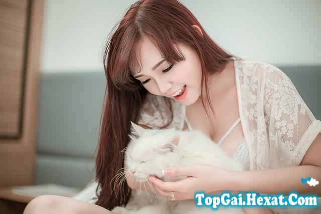 Hot girl Sài Thành cười duyên với váy ngủ mỏng manh